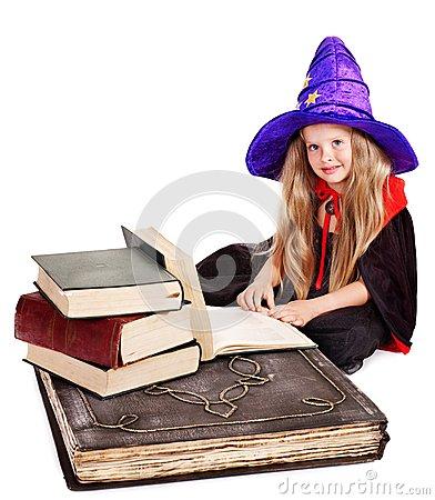 Animation spéciale Halloween dans Agenda petite-fille-de-sorciere-avec-le-livre-de-pile-340683751